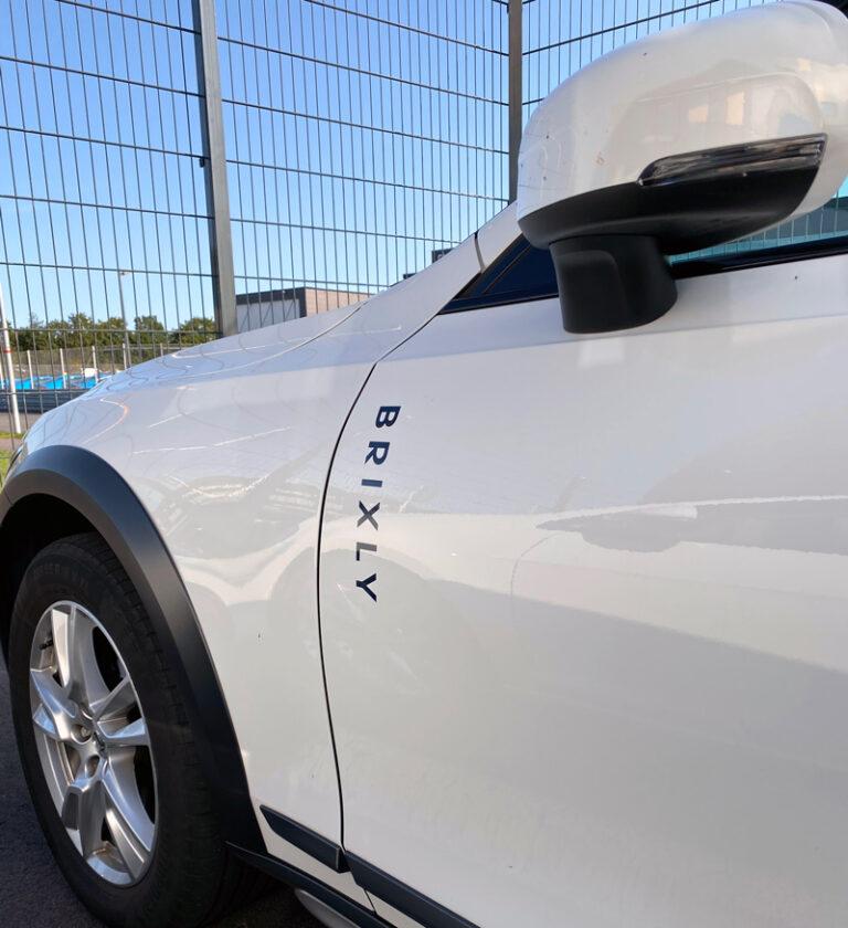 Brixly logga på bil fordonsprofil foliering