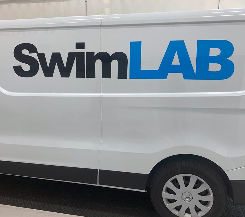 Foliering logga Swimlab Fordonsprofil